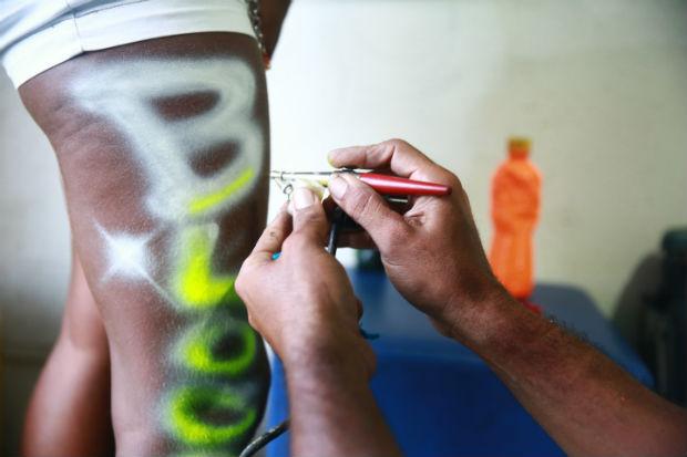 Tinta é atóxica, segundo os grafiteiros, e dura até uma semana na pele. Foto:  Bernardo Dantas/DP/D.A Press. (Crédito: Bernardo Dantas/DP/D.A Press.)