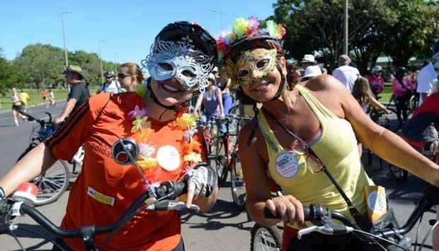De máscara e bicicleta, foliões pulam carnaval no Eixão Norte. Foto: Ed Alves/ESP. CB/D.A. Press