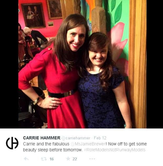 Na véspera do desfile, Carrie publicou foto em seu Twitter com a atriz Jamie Brewer. Foto: Twitter/@carriehammer/Reprodução