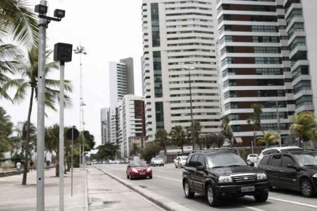 Radar na Avenida Boa Viagem é um dos 51 equipamentos da cidade. Até o fim do ano, outros 20 serão instalados. Foto: Blenda Souto Maior/DP/D.A.Press (Blenda Souto Maior/DP/D.A.Press)