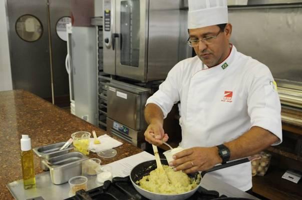 Chef ensina que a fruta pode ser usada em receitas doces e salgadas. Foto: Bruno Peres/CB/D.A Press