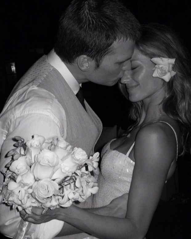 No ano passado, Gisele postou registro em que Tom a beija no rosto. O vestido pode ser visto de perto, com os detalhes dos paetês. Foto: Instagram/Reprodução
