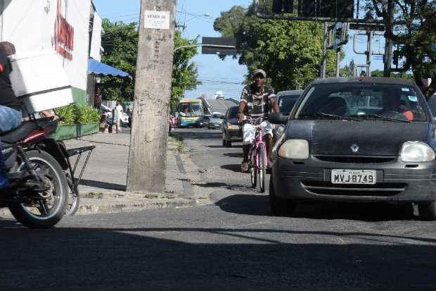 Muitos motoristas não respeitam o que diz o artigo 201 do Código de Trânsito Brasileiro: carro deve circular a 1,5m do ciclista. (Joao Velozo/Esp. DP/ D. A Press)