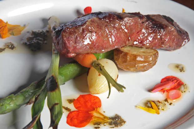 Shoulder Steak acompanhado de baby legumes grelhados na parrilla e farofa crumble funghi secchi é uma das opções de prato principal. Foto: Roberto Ramos/DP/D.A Press