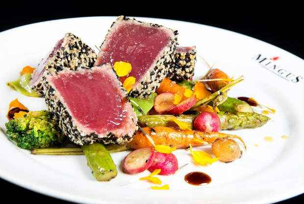 Atum com mini legumes grelhados ao molho Teriaki é uma das opções vegetarianas para o público saudável. Foto: Aderval Mendonça/Divulgação