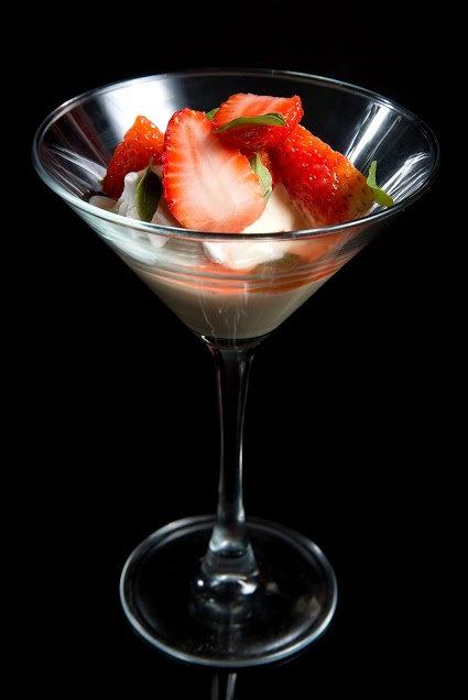 O creme inglês é servido com suspiro e morangos em taça. Foto: Aderval Mendonça/Divulgação