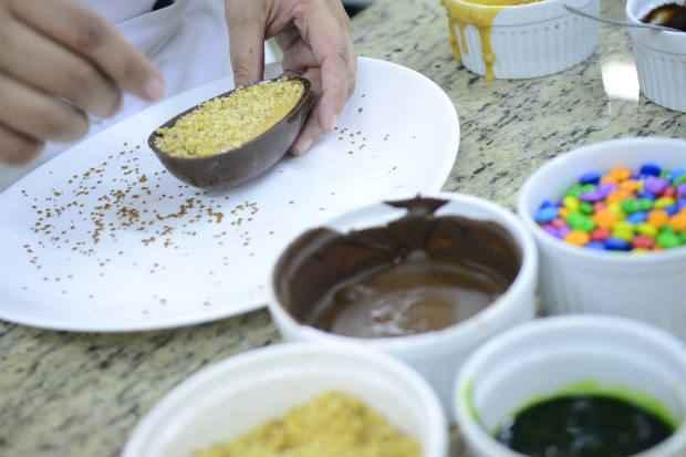 Uma das oficinas ensina a fazer ovos de chocolate com recheio gourmet. Foto: Daniel Ferreira/CB/D.A Press