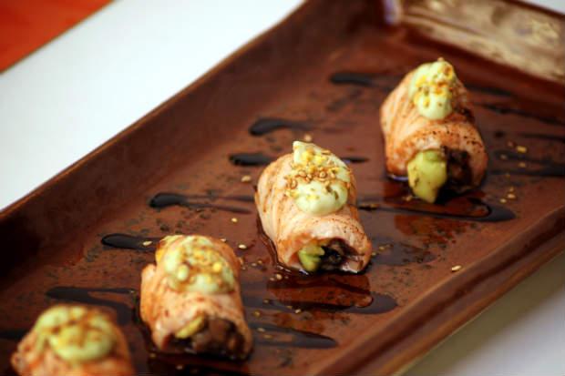O Sake top, do Mura Orora, é feito com lâminas de salmão e palmito. Para um toque mais especial, o abacate também entra na receita em forma de maionese. Foto: Radar Comunicação/ Divulgação.