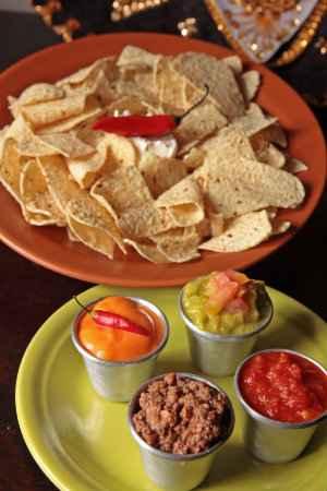 Nachos são servidos com vários molhos e guacamole, no Guadalupe Cocina Mexicana, em Boa Viagem. Foto: Roberto Ramos/DP/D.A Press