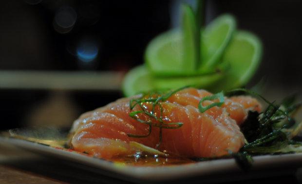 O suculento sushi de salmão, decorado com fatias de limão, está entre os mais pedidos da culinária oriental. Foto: João Velozo/ Esp. DP/ D.A Press