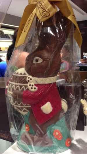 O coelho, de 3kg, é um dos chocolates oferecidos na loja e representa muito bem a questão do artesanal. Foto: Mirella Monteiro/ DP/D.A Press