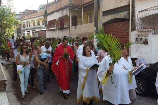 O Padre Carlos (de vermelho) era muito querido pelos fiéis. Foto: Arquidiocese Vitória/Facebook