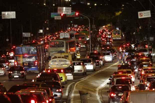 Engarrafamento na Avenida Agamenon Magalhães na noite desta terça-feira. Foto: Ricardo Fernandes/DP/D.A Press