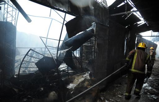 Bombeiros tentam apagar incêndio - Foto: AFP Norberto Duarte (AFP Norberto Duarte)