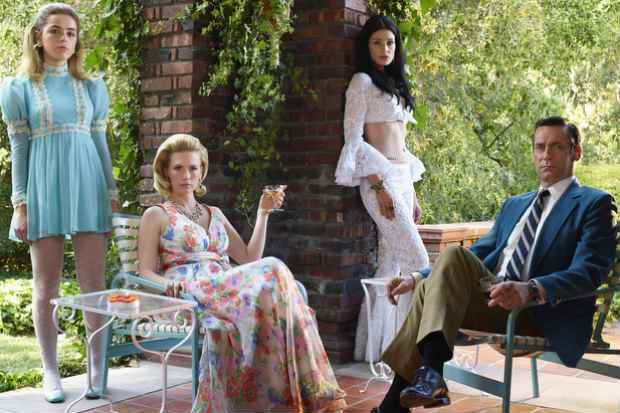 Kiernan Shipka (Sally Draper), January Jones (Betty Francis), Jessica Pare (Megan Draper) e Jon Hamm (Don Draper ). Foto: Frank Ockenfels/AMC