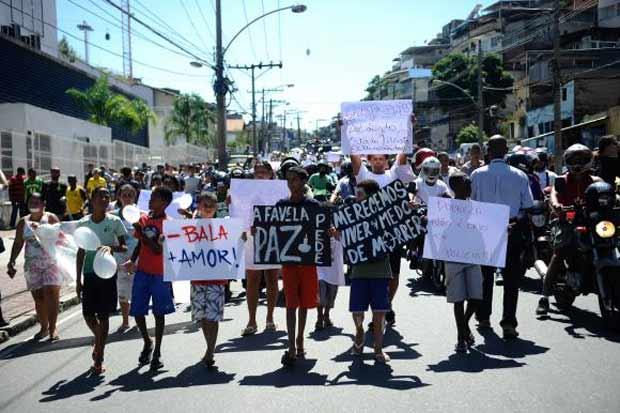 """""""Menos  bala  e  mais  amor"""",  um  dos  pedidos  dos moradores no protesto de sábado (3). Foto: Tomaz Silva/Agência Brasil"""