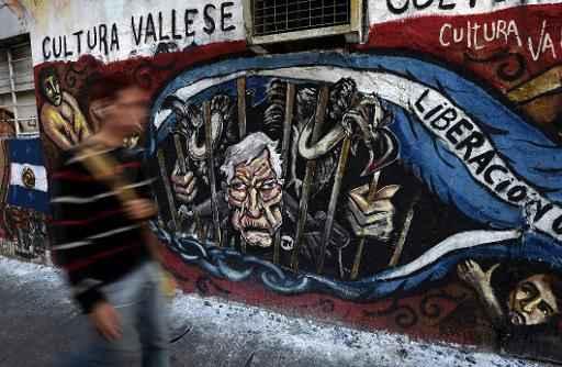 Grafite em Buenos Aires exibe caricatura do juiz americano Thomas Griesa atrás das grades junto com fundos abutres. Foto: AFP/Arquivos Juan Mabromata