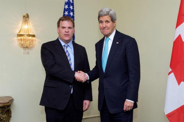 O secretário de Estado americano, John Kerry (à direita), afirmou que Washington sabe que o Irã fornece armas aos rebeldes xiitas no Iêmen. Foto: State Department photo