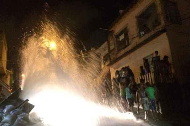 Água jorrou na rua até as 8h da manhã desta quinta-feira. (Foto: Wilson Firmo/WhatsApp/Divulgação)