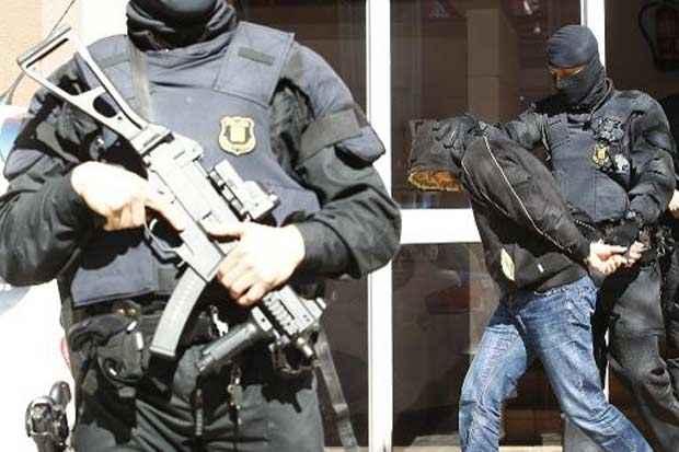 Um homem supostamente ligado ao Estado Islâmico é preso durante o desmantelamento de uma suposta célula de recrutamento jihadista, em Sabadell, Espanha, no dia 8 de abril de 2015. Foto: Quique Garcia/AFP/Arquivos