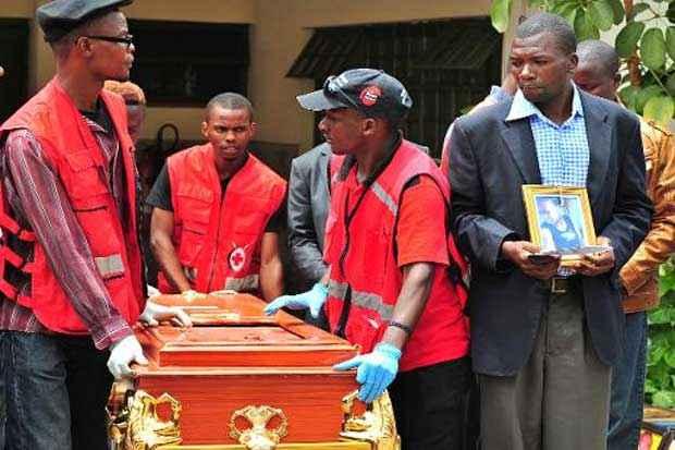 Um familiar segura um retrato de um estudante vítima do ataque contra a Universidade de Garissa durante funeral, em Nairóbi, no dia 10 de abril de 2015. Foto: AFP