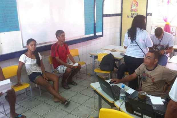 Mutirão acontece na Escola Municipal Mário Melo. Foto: Wagner Oliveira/DP/D.A Press
