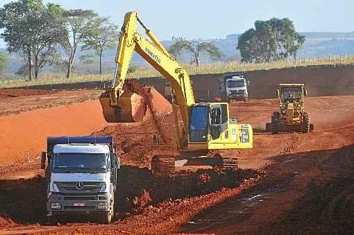 Obras pesadas se tornaram mais lentas com o envolvimento de grande empreiteiras na Operação Lava-Jato e o atraso de repasses do governo federal. Foto: Minervino Júnior/CB/D.A Press