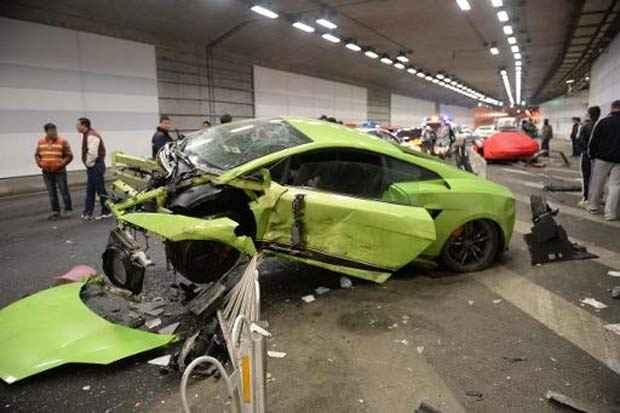 Lamborghini destruída após colisão na China, em 12 de abril de 2015. Foto: Str/AFP