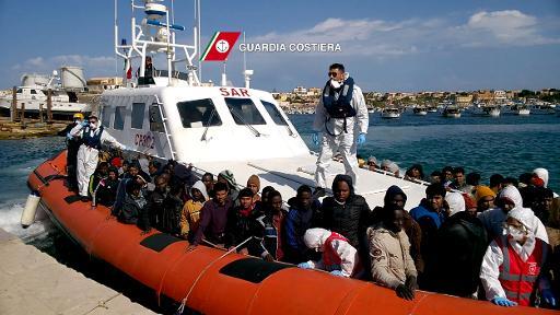 Imigrantes chegam ao porto de Lampedusa em barco da Guarda Costeira italiana em 5 de abril. Foto: Guardia Costiera/AFP/Arquivos