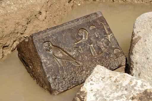 Vestígios da capela de um faraó egípcio, que datam de mais de 2.300 anos, foram descobertos no sítio arqueológico do Templo Solar de Heliópolis. Foto: SCA/AFP