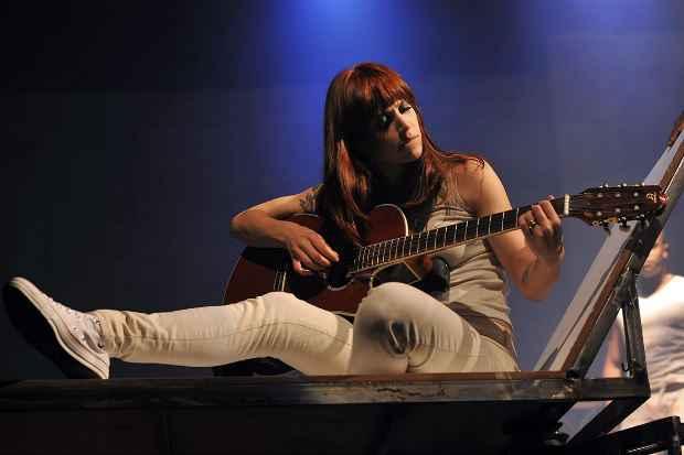 Crédito: Mel Lisboa pesquisou a forma de cantar de Rita Lee para a peça. Crédito: Priscila Prade/Divulgação