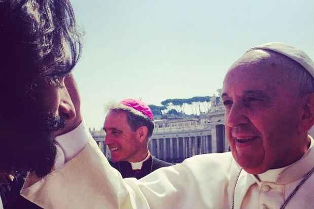Santoro e elenco do filme encontraram Papa Francisco em Roma. Crédito: Instagram/Reprodução