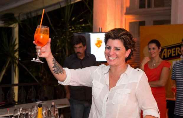 Talita Simões ensina a reproduzir o Aperol Spritz. Foto: Humberto Reis/Divulgação