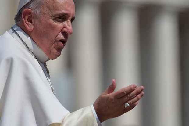 Papa Francisco saúda os fiéis durante sua audiência geral semanal no Vaticano, em 15 de abril de 2015. Foto: Vincenzo Pinto/AFP