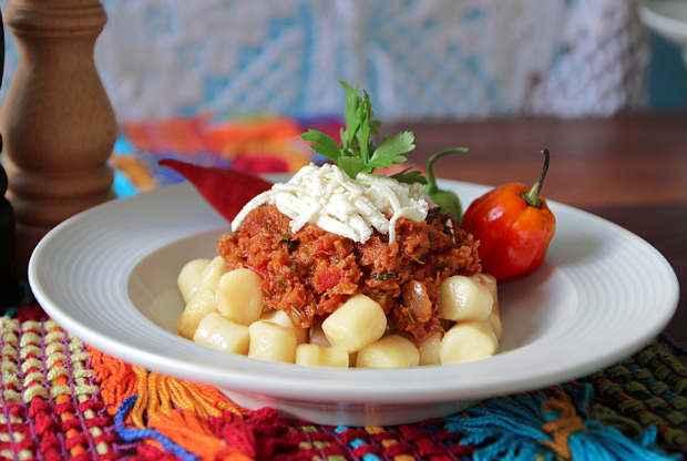 Ragu de macaxeira com carne seca combina com o gosto pernambucano. Foto: Finna/ Divulgação