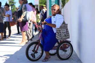 O triciclo é o companheiro de Nina em casa e também para deslocamento na rua. Foto: Isabelle Marinho/ Esp. DP/D.A Press