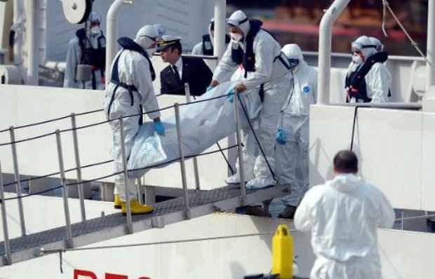 Guarda Costeira italiana retira corpos recuperados após naufrágio de barco com mais de 700 imigrantes na costa da Líbia. (Foto: AFP/Matthew Mirabelli)