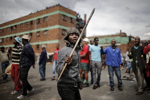 Manifestantes são vistos em Johannesburgo. Foto: AFP MARCO LONGARI