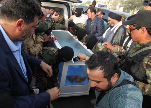 Um corpo que seria do ex-número dois do regime de Saddam Hussein, entregue por uma milícia ao governo iraquiano, em Bagdá. Foto: AFP SABAH ARAR