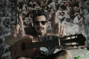 Bruno Lins fez tributo ao Rei do Ritmo em canção da banda Fim de Feira. Foto: