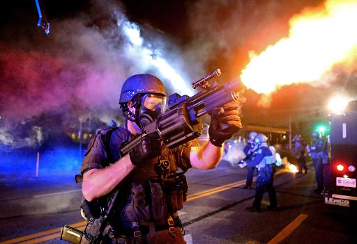 Foto cedida pelo The St. Louis Post Dispatch, tirada por David Carson, mostra policial disparando gás contra manifestantes em Ferguson, Missouri. A equipe do The St. Louis Dispatch ganhou o Pulitzer de Furo de Reportagem Fotográfica. Foto: St. Louis Post-Dispatch/David Carson/AFP Photo