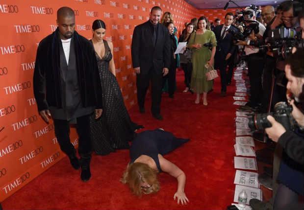 Kanye West, Kim Kardashian e Amy Schumer no momento da queda. Foto: Timonthy A. Clary/AFP Photo