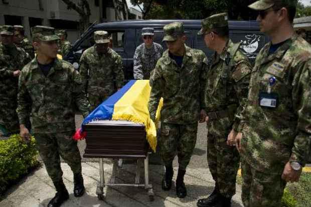 Soldados colombianos acompanham caixão de colega morto em ataque das Farc em 16 de abril de 2015 em Cali, Colômbia © AFP Luis Robayo