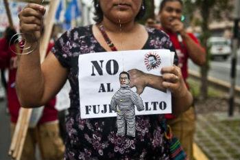Em 22 de novembro de 2012, mulher protesta em Lima contra a possibilidade de indulto presidencial ao ex-presidente Alberto Fujimori © AFP Ernesto Benavides