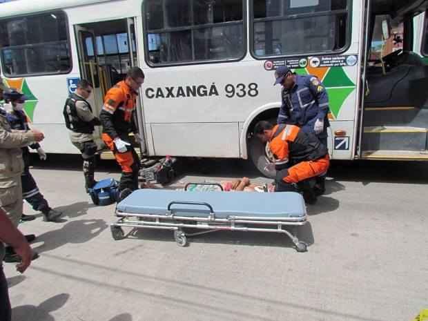 Bombeiros prestam socorro à vítima que se chocou com ônibus. Foto: Facebook/Reprodução