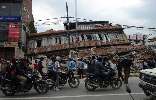 Tragédia destruiu vários prédios, como este, em Katmandu. FOTO: AFP Prakash Mathema