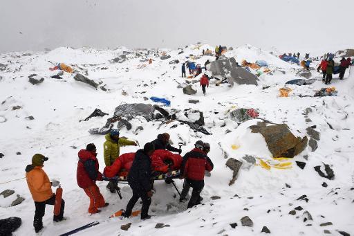 Equipes de resgate retiram ferido do acampamento base do Everest. FOTO: AFP Roberto Schmidt