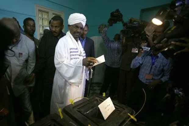 Omar al-Bashir deposita voto durante eleições, em 13 de abril de 2015. Foto: Ashraf Shazly/AFP/Arquivos