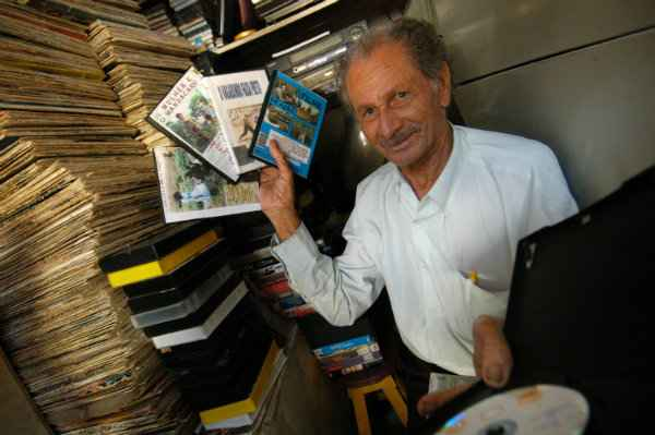 Em foto feita no Camelódromo em 2008, Simião mostra os DVDs de filmes que realizou. Crédito: Jaqueline Maia/ DP (Jaqueline Maia/ DP/ D.A.Press)