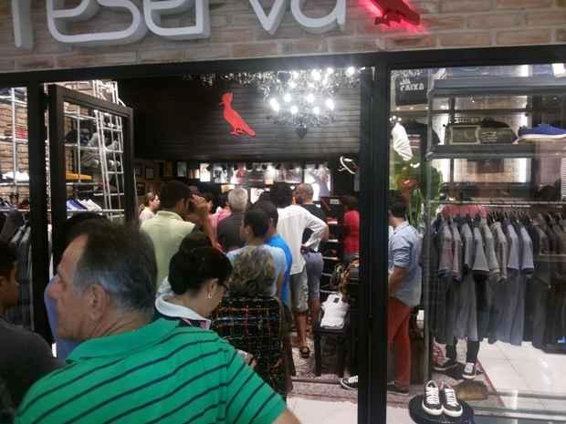 Na loja Reserva do Plaza, o público não conseguiu comprar bilhetes. Ninguém da fila garantiu lugar no show. Foto: Cortesia
